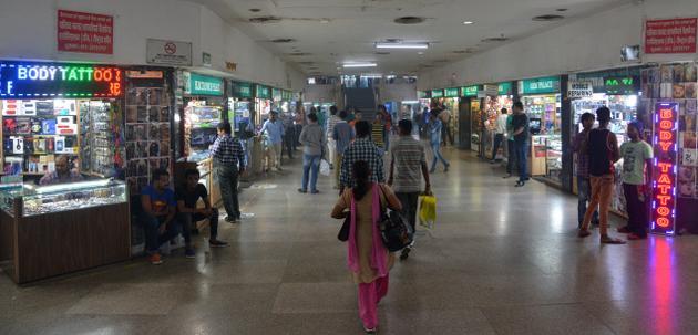 palika-bazaar-shopping-place-in-delhi
